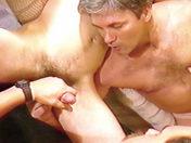 Trois mecs et un divan, beaucoup de possibilités... video sexe gay