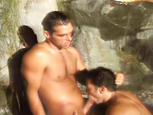 Vidéo brésilien gay vintage : fellation sous une cascade !