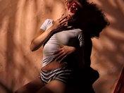 Una bruna piccante approfitta della sua libertà - video di sesso soft video sesso