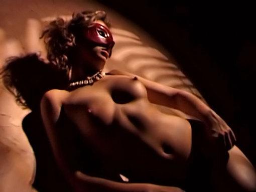 Une brune épicée profite de sa liberté - video sexe soft