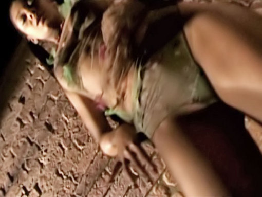 Une belle black s'exhibe dans une ruelle ! video sexe