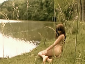 Ella baila desnuda al borde del agua... videos xxx