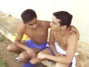 Calins entre copains après le match video x gay