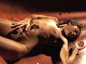 Asiatique sensuelle nue dans les galets.