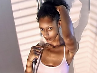 Arabe sensuelle sous la douche! T-Shirt mouillé et masturbation !