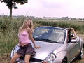 Une autostopeuse se fait prendre par une lesbienne en chaleur