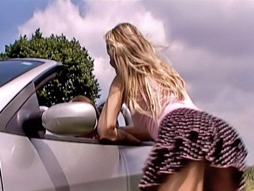 Une autostopeuse se fait prendre par une lesbienne en chaleur - Pour f�ter son bac et ses 18 ans, Laure a re�u un splendide cadeau : une voiture neuve. Folle de joie, elle emm�ne sa copine faire un tour dans la campagne avec son petit bolide. Il fait beau, la voiture est d�capot�e, gris�es par la belle journ�e d'�t�, les deux belles se laissent aller � expliquer tactilement leur affection mutuelle... Egalement bien faites, les filles se fr�lent et se d�shabillent, savourant tout � la fois le plaisir d'�tre ensemble et la beaut� de leurs formes. Apr�s le plaisir des yeux et des mains, vient le plaisir gustatif g�n�r� par la saveur sucr�e de leurs inimit�s...