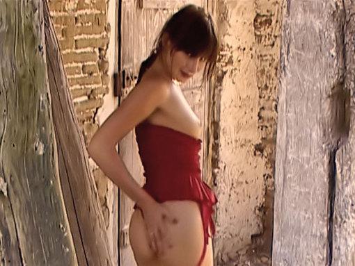 Sylvia se fait prendre contre le mur de la grange ! video sexe