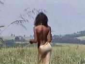 Anaïs la guapa negrita acariciándose en el campo. sexo video
