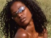 Anaïs la guapa negrita acariciándose en el campo. videos xxx