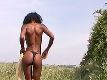 Anaïs la belle black se caresse dans les champs.