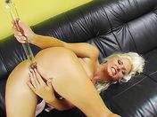 Une beauté blonde en guépière se gode l'anus !!!