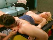 AGUJERO JODIDO EN LA SALA DE ESPERA!!  sexo video