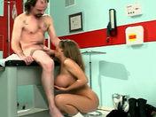 Salope + gros seins + clito piercé = INFIRMIERE ! videos sexe