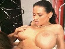 Infirmière à gros seins défoncée !