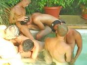 Partouze de mecs bourrée à la piscine