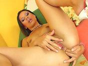 Une belle latina se gode l'anus !
