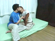Deux minets japonais s'eclatent comme des fous porno video gay