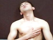 Un bel asiatique se branle