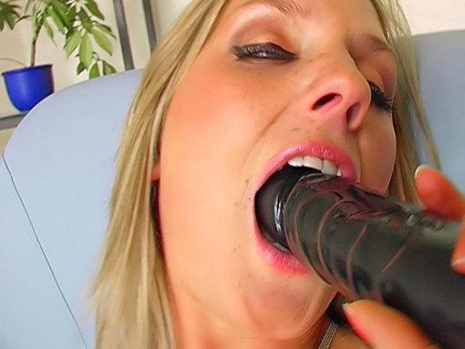 PomPom Girl vicieuse baisée par une grosse bite (en plastique)