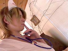 Une infirmière Rousse rend visite à un patient !
