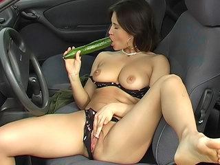 Téléchargement de Cette salope se fourre un concombre sur le bord de la route !!!