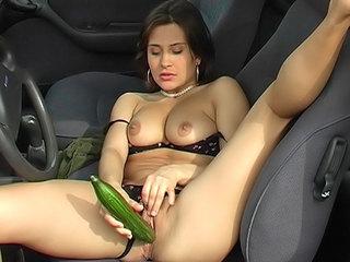 Cette salope se fourre un concombre sur le bord de la route !!!