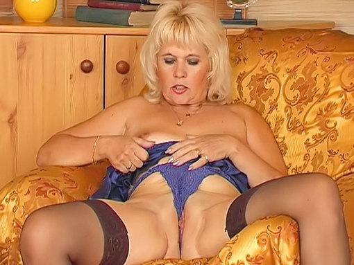 Femme mûre blonde, Ex-Matonne reconvertie dans le porno !