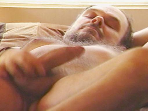 Beau muscle bear gay poilu se branle au lit !