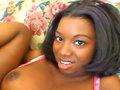 Audrey James, jeune Black déchirée et enfoutrée sur le Sofa