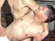 Minet maitrisé et humilié par son prof de Catch ! sexe video gay