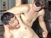 Minet maitrisé et humilié par son prof de Catch ! video sexe gay