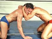 Deux beaux lutteurs Grecs combattent avec rage !
