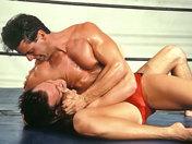 Deux beaux lutteurs Grecs combattent avec rage ! video sexe gay