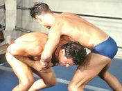 Deux beaux lutteurs Grecs combattent avec rage ! video x gay