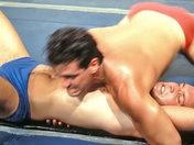 Deux beaux lutteurs Grecs combattent avec rage ! sexe video gay