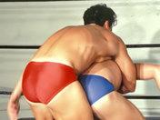 ¡Dos guapos luchadores griegos combatiendo con rabia! videos gay