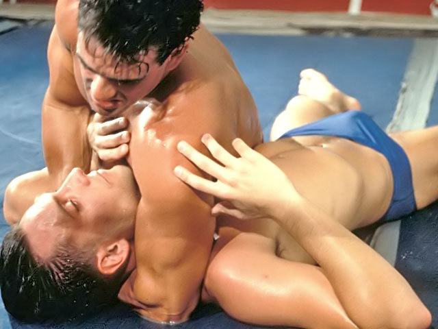 Due bei lottatori Greci combattono con rabbia !