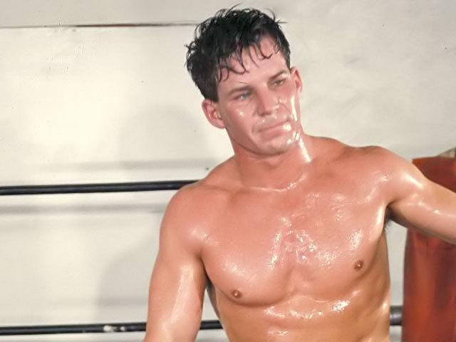 Un ragazzo muscoloso domina un ex-lottatore super dotato