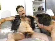 Moustachus en cuir vicieux !