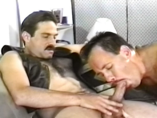 Vidéo sexe gay entre bears gays poilus, moustachus & très vicieux !