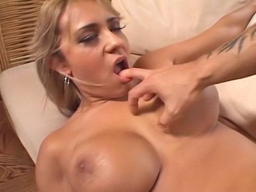 Une blonde très blonde !!! Action anale !