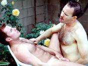 Clip Rouquin baisé par son pote camionneur dans un jardin ! voyeur WMV