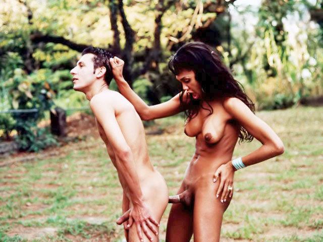 Une trans se fait limer l'anus pendant un barbecue