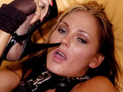 Une blonde tr�s salope teste les deux cot�s de la force ! video sexe