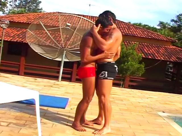 Deux beaux gosses prennent leur pied au bord de la piscine !