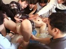 une jeune japonaise se prend des godes partout!!