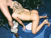 ¡Follada en el bar, esta camarera se corre en la silla! video sexo