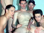 Bizutage de soldats : ils font des pompes... à bite ! porno video gay