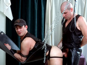 Baise hard entre quadragénaires ! Cuir, chaines et domination ! sexe video gay